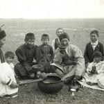 Kalmük férfiak, asszonyok és gyermekek teát isznak a Don vidékén a XIX. század végén (az Orosz Néprajzi Múzeum fényképtárából) 1