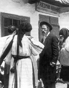 Máramarosi zsidó boltos, 1920-as évek. A magyarok krónikája. Szerkesztette: Glatz Ferenc. Officina Nova, Budapest, 1995, 612. oldal.