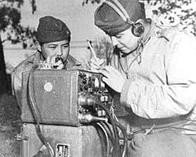 Pfc. Preston Toledo és Pfc. Frank Toledo, Navajo unokatestvérek egy tengerész tüzér üteg kötelékében a Csendes óceán déli részén titkos üzeneteket továbbítanak anyanyelvükön.