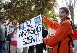 Roma tüntetők demonstrálnak az edelényi városháza előtt (Fotó: MTI - Vajda János)