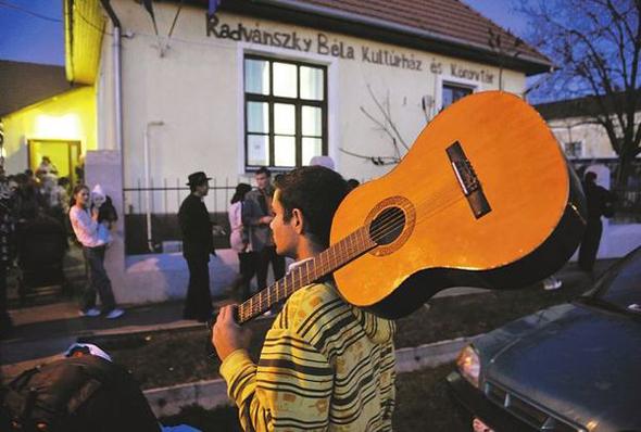 A sajókazai Sólyom-telepi romák a helyi kultúrházban léptek fel – más nem volt rájuk kíváncsi (Fotó: Teknős Miklós)
