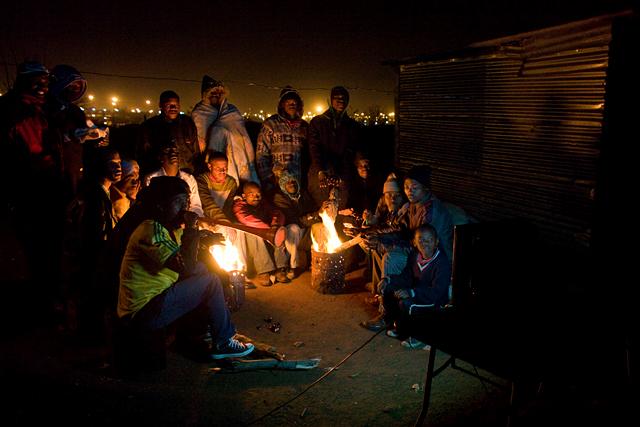 Meccsnézés egy dél-afrikai nyomornegyedben
