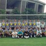 A Magyar Cigány Labdarúgó Válogatott a Puskás Ferenc Stadion (2002-ig Népstadion) előtt