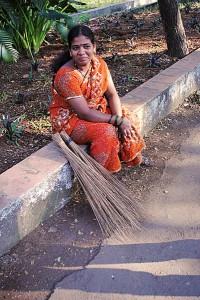 Dzsogíta a Mumbai Egyetemen takarít - szárija új és csillogó. Megengedheti magának, mert a férje is dolgozik.