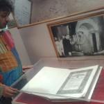 Zarándok Magyarországról, a Dzsaj Bhím Közösségből az Indiai Alkotmány eredeti példányánál Delhiben