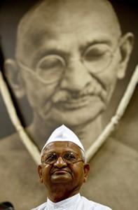 Anna Hazare Gandhi fényképe előtt